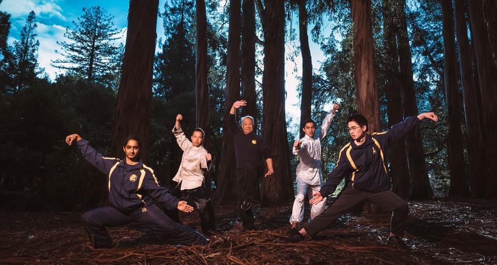 一群人在森林里  描述已自动生成